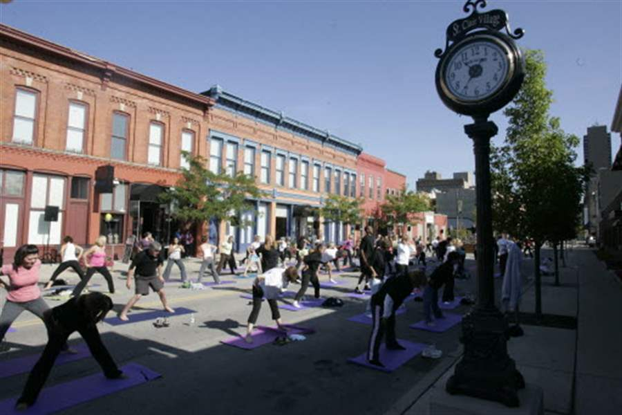 Yoga-for-a-good-cause-in-downtown-Toledo