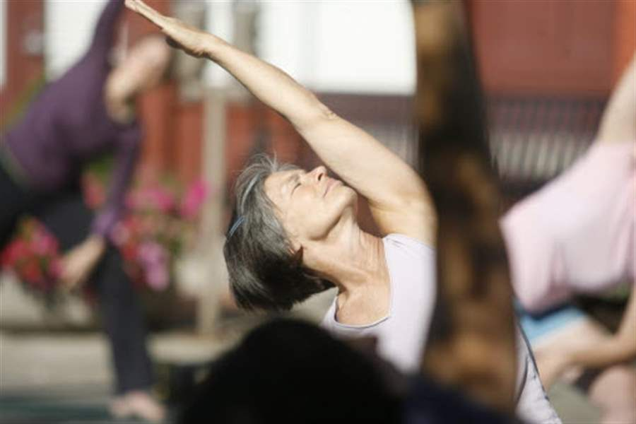 Yoga-for-a-good-cause-in-downtown-Toledo-2