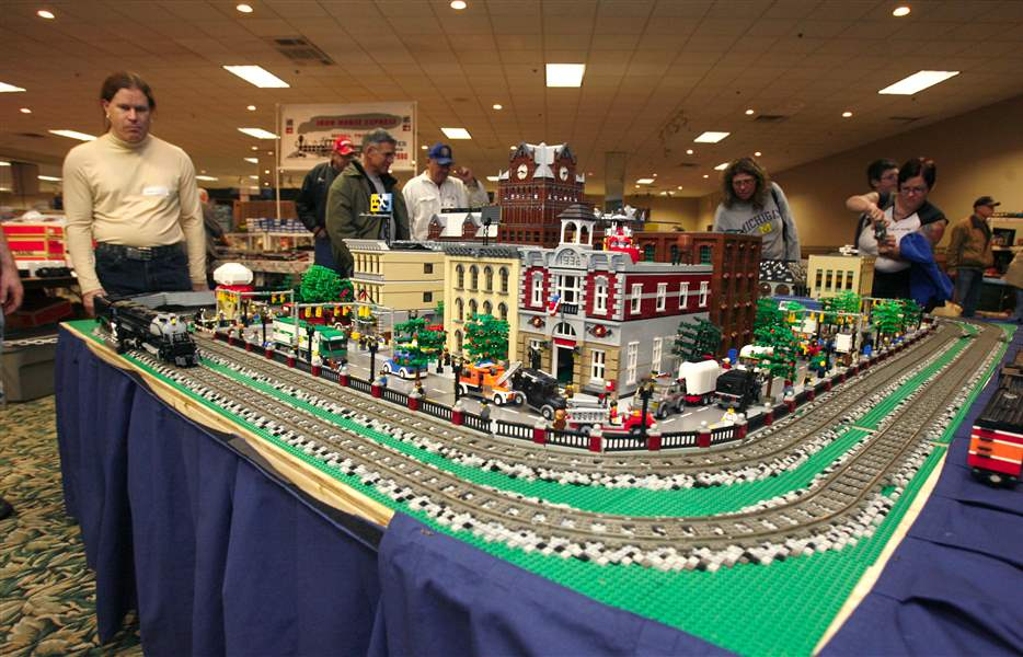 Lego-layout-tops-in-blocks-at-Greater-Toledo-Train-Toy-Show