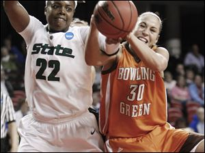 Michigan State's Aisha Jefferson, left, and Bowling Green's Tara Breske battle for a loose ball.