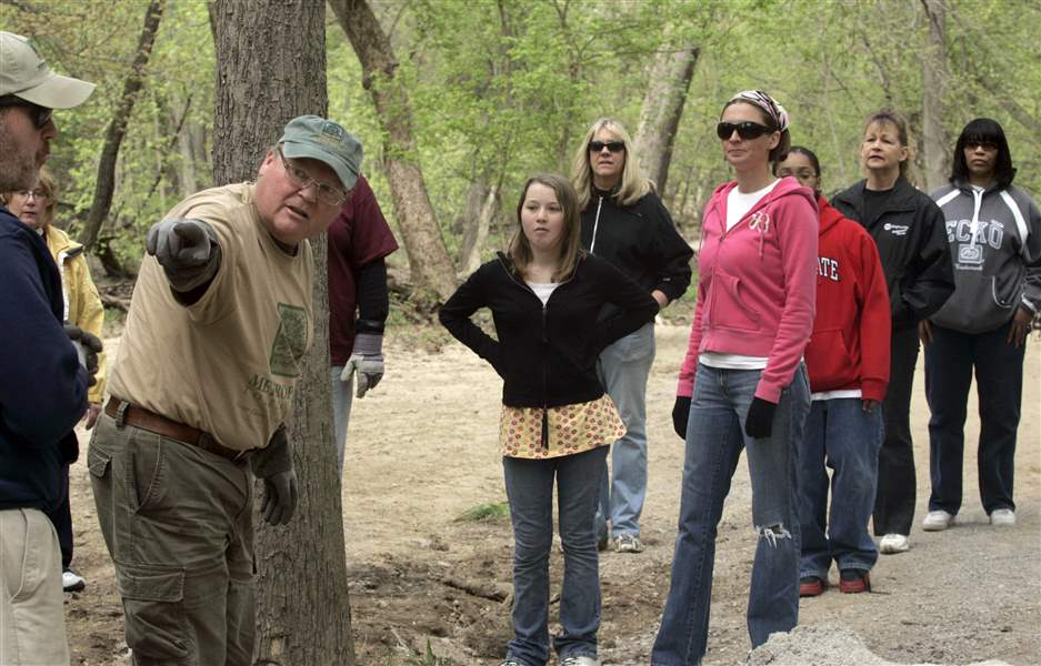 Volunteers-build-a-trail-in-Swan-Creek-Metropark-2