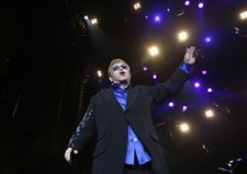 After-17-years-away-rocker-Elton-John-triumphs-in-Toledo-return-2
