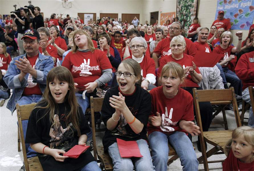 400-screaming-fans-fill-church-to-cheer-their-hometown-hero