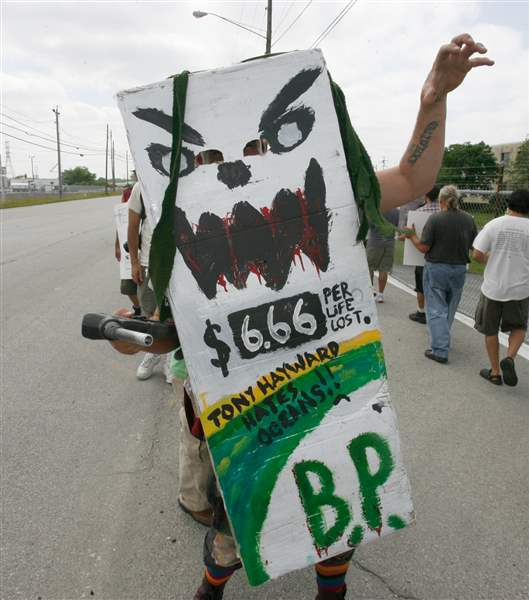 40-gather-at-Oregon-refinery-to-condemn-BP-for-spill-damage-3