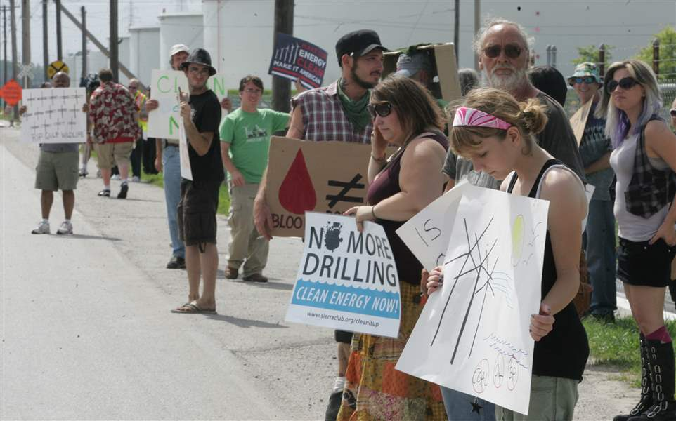 40-gather-at-Oregon-refinery-to-condemn-BP-for-spill-damage