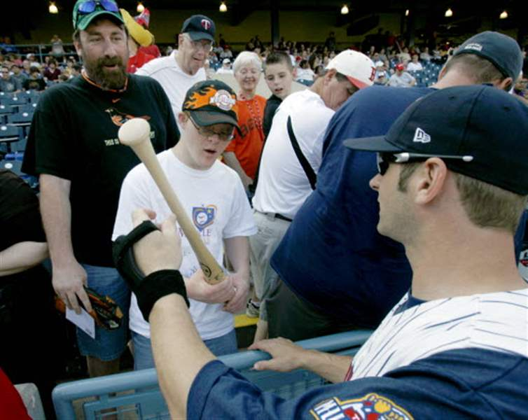 Mud-Hens-embrace-interaction-with-fans
