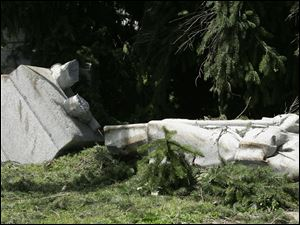 Winds that swept through Edgerton toppled several trees, including one that broke a tribute statue of a Civil War soldier called 'Clem' by local residents.<br>