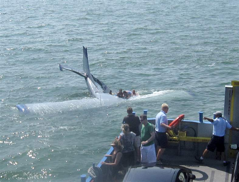 lt-br-gt-Ferry-workers-lauded-with-saving-passengers-after-plane-crash-lands