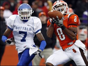 Bowling Green's Tyrone Pronty catches a touchdown pass in front of Buffalo's Davonte Shannon at Perry Stadium.
