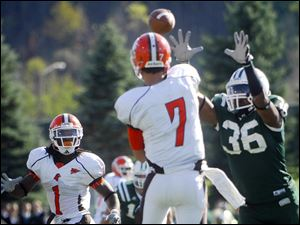 Bowling Green's Matt Schilz looks to hit Willie Geter as Ohio University's Stafford Gatling closes in.