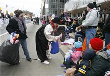 Santa-Claus-Frosty-warm-hearts-at-Toledo-s-chilly-downtown-parade-2