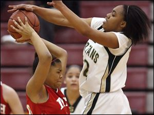 Start's Dee Hicks (32) defends against Central Catholic's Tiffani Hobbs (40).