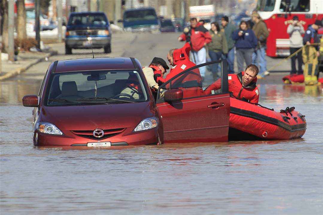 Flood-Findlay-car-rescue-firefighters