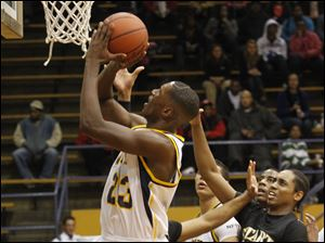 Whitmer's Nigel Hayes takes a shot over Start's maurice Taylor (30).