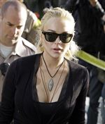 Lindsay-Lohan-video-of-store-and-necklace