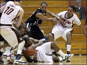 Bowling Green guard Dee Brown (22) battles Northern Illinois forward Aksel Bolin (32) for a loose ball.