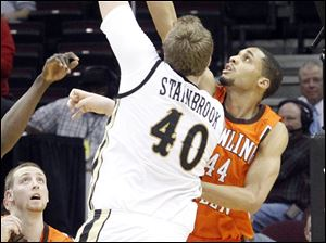 BGSU's Mike Dabney tries to block the shot of Western Michigan's Matt Stainbrook.