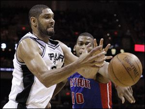 San Antonio Spurs' Tim Duncan, left, and  Detroit Pistons' Greg Monroe, right, scramble for a rebound during the third quarter.