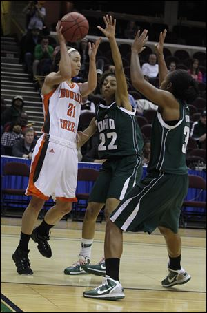 Bowling Green's Chrissy Steffen, left, who had 13 points, passes over Ohio's Tenisha Benson, center, and Erin Bailes.