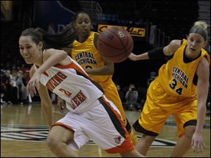 The ball is knocked away from BGSU's Lauren Prochaska by Central Michigan's Kaihla Szunko (34).
