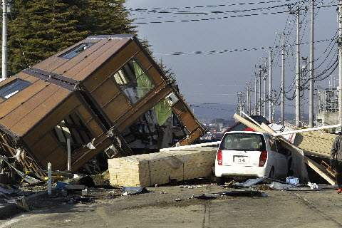 Japan-Aftermath-Sendai-Port-collapsed-house