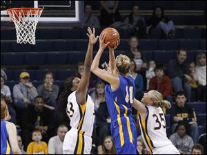Delaware's Elena Delle Donne shoots between UT's Yolanda Richardson and Haylie Linn (33).