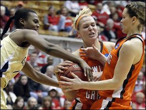Bowling Green State University forward Jen Uhl (24) battles Georgia Tech's LaQuananisha Adams (14) for the ball. At right is BGSU's Maggie Hennegan (4).