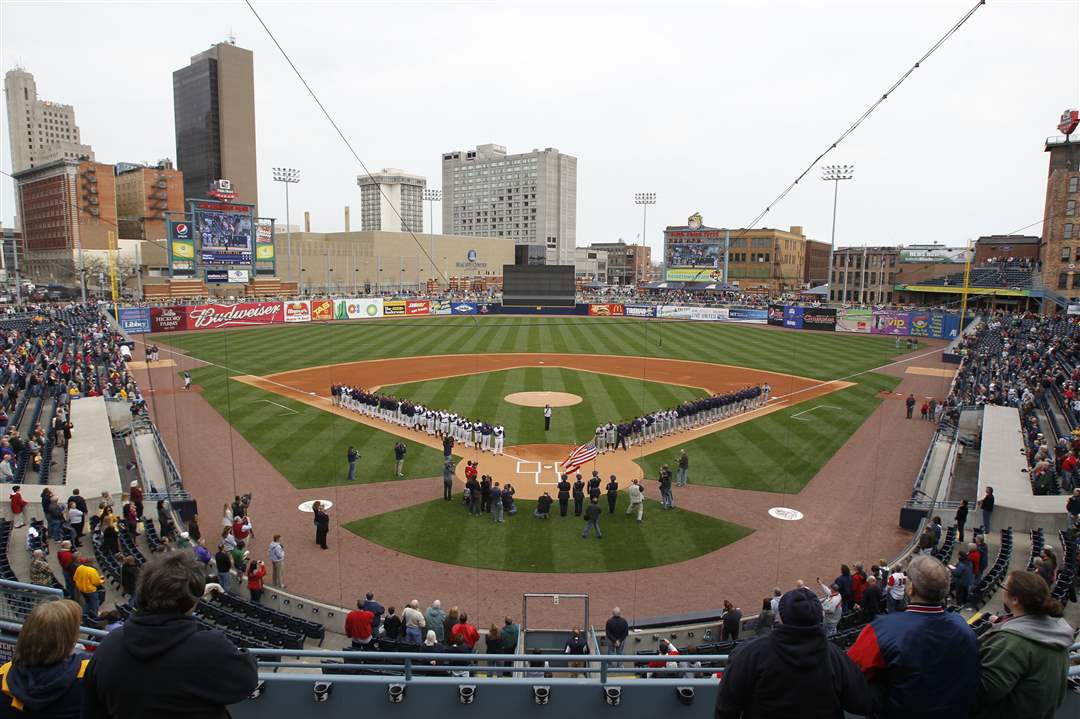 Fans-Mud-Hens-Opener-teams-line-field