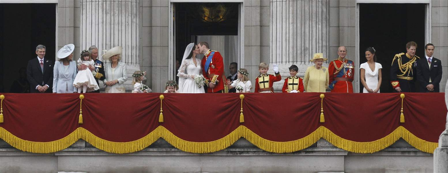 duke-and-duchess-of-cambridge-share-a-kiss-on-balcony-buckingham-palace