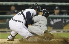 Sizemore-helps-Tigers-snap-streak-top-Yanks