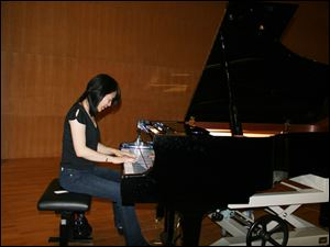 Amy Chang offers an impromptu piano performance at Shenzhen Concert Hall.