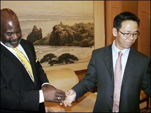 Toledo Mayor Mike Bell meets Zhu Haowen, mayor of Qinhuangdao, China.