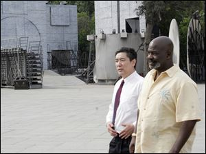Zhang Guoqiang, director of Qinhuangdao's Foreign and Overseas Chinese Affairs Office, walks with Toledo Mayor Mike Bell through Qinhuangdao.