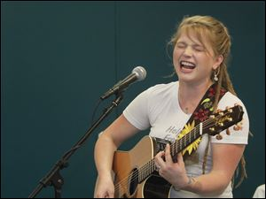 2010 'American Idol' runner-up performs for diners at the St. Paul's Community Center in Toledo.