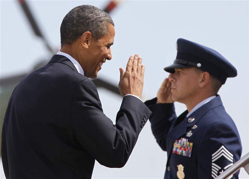 Barack-Obama-salute-Andrews-AFB