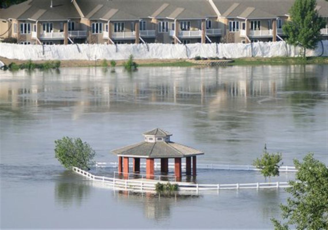 Massive sandbags provide temporary fix for Missouri River ...
