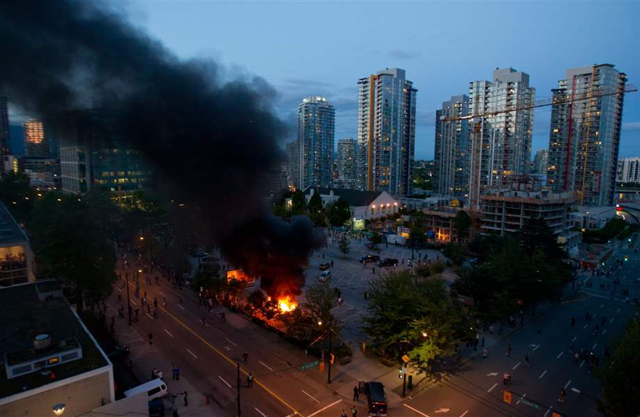 Vancouver-riot-police-cars