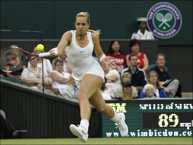 Lisicki powers past 3rd-seeded Li Germany's Sabine Lisicki had 17 aces, including one at 124 mph, to advance past French Open champion Li Na of China.