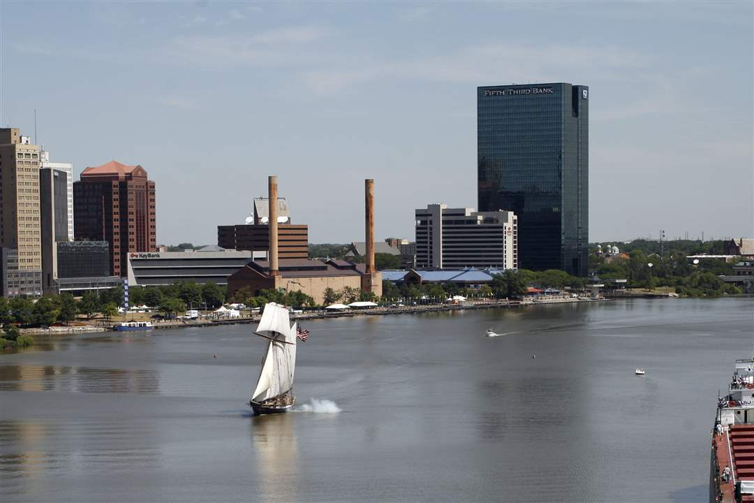 Lynx-sailing-down-the-Maumee-while-firing-cannons