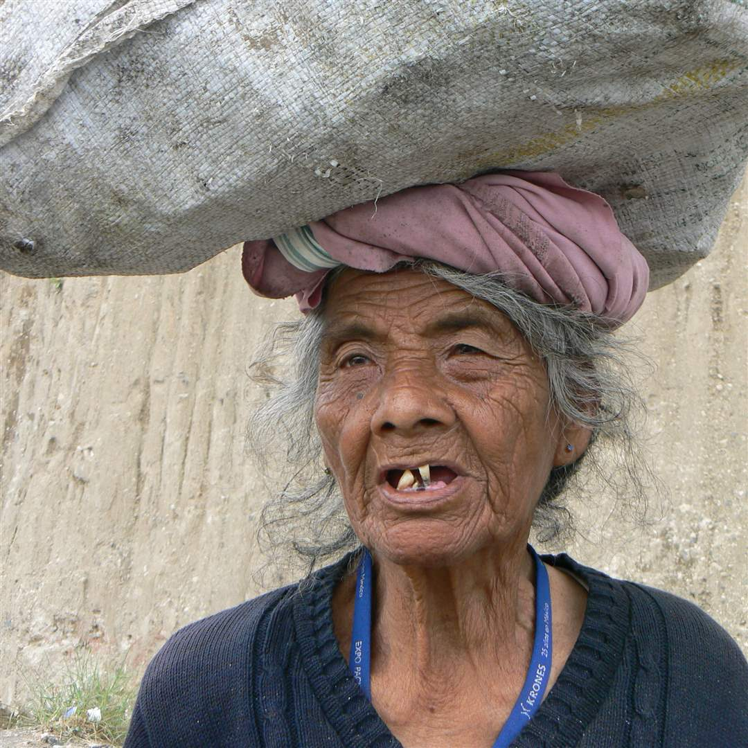 Guatemala-dump-old-woman