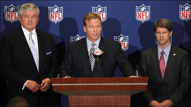 Roger Goodell, Jerry Richardson, Clark Hunt NFL football commissioner Roger Goodell, center, announces that NFL owners have agreed to a tentative agreement that would end the lockout pending the players approval. Carolina Panthers owner Jerry Richardson, left, and Kansas City Chiefs owner Clark Hunt look on.
