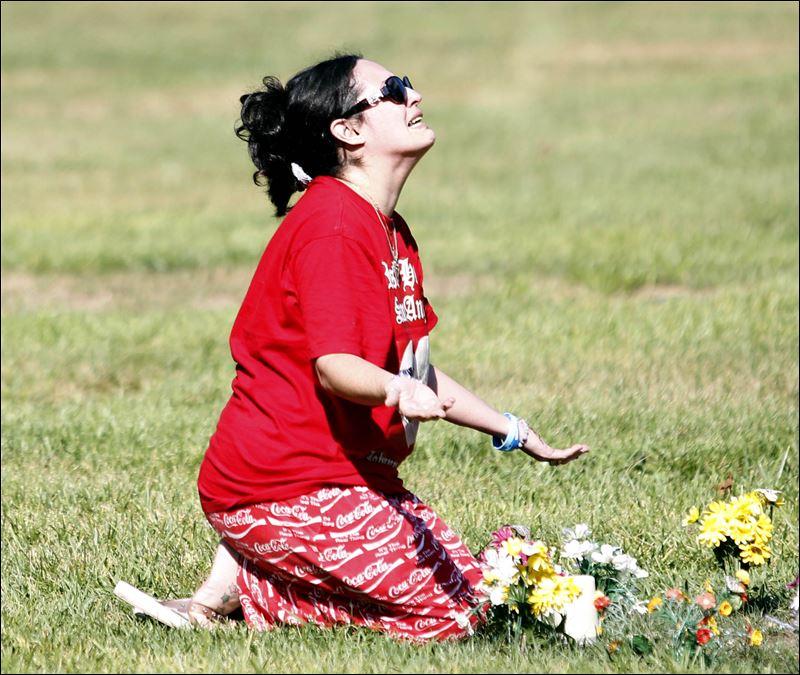 [Image: maytee-vasquez-clark-at-graveside-08-01-2011.jpg]