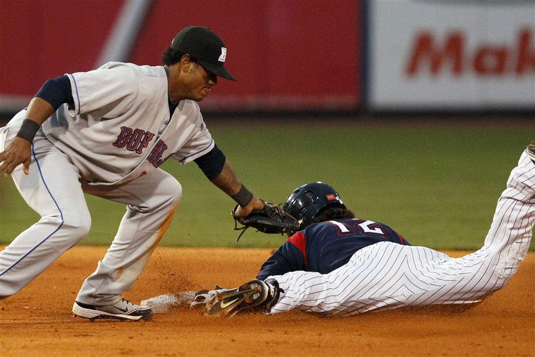 Jeff-Salazar-steals-second-ahead-of-Jordany-Valdespin