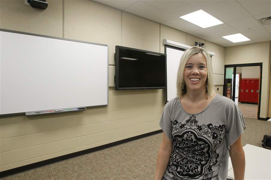 Rogers-Principal-Kelly-Welch-shown-distance-learning-lab