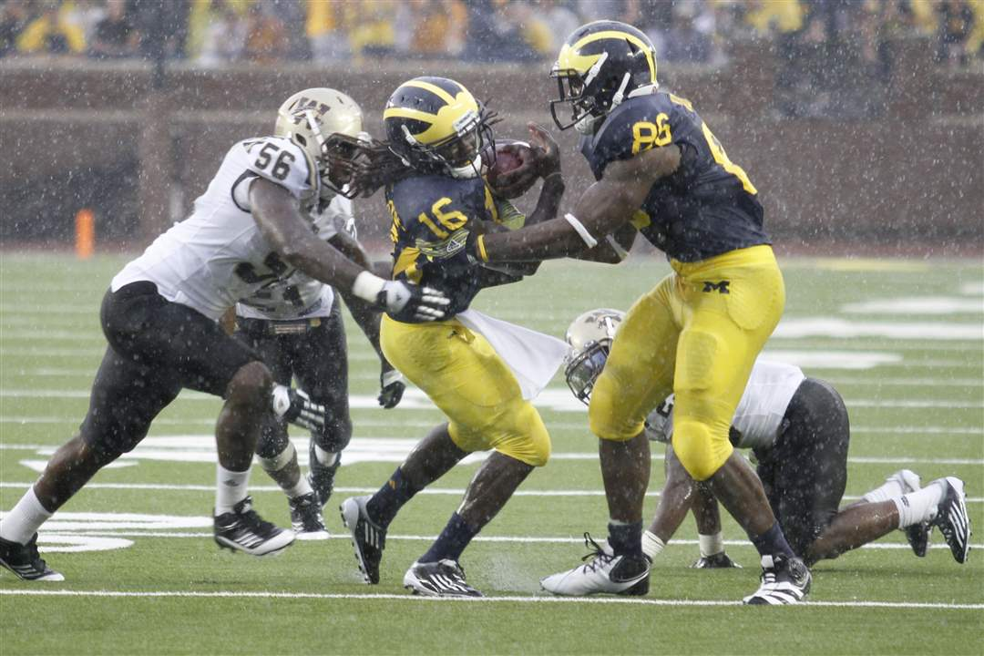 Michigan-Denard-Robinson-Kevin-Koger-tackled-Western-Michgian-TJ-Lynch