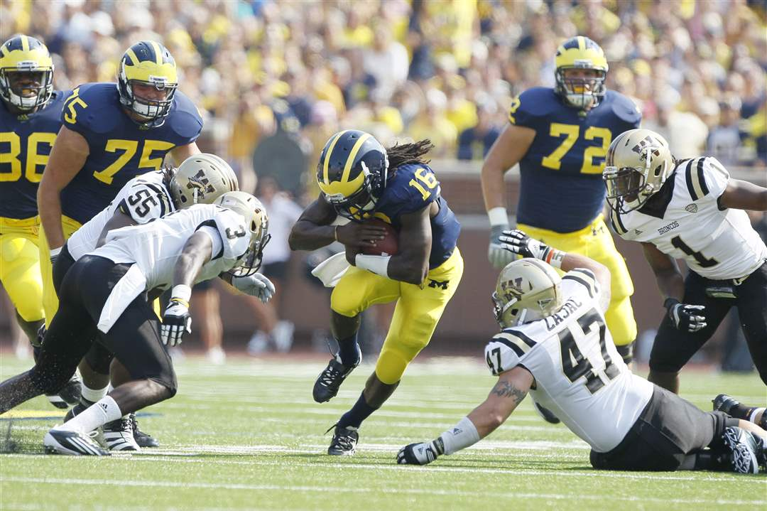 Michigan-Denard-Robinson-cuts-between-Johnnie-Simon-Mitch-Zajac
