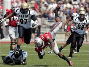 Ohio State's Carlos Hyde (34) dives for extra yardage against Akron during the second quarter..