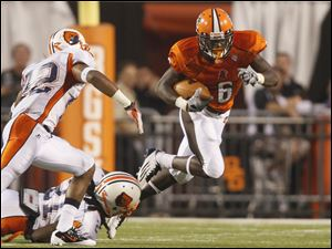 Bowling Green's Anthon Samuel (6) picks up nine yards as he is pursued by Morgan State's Paul Eatman (42) and Lafredo Brady (21).