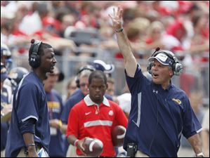 Toledo head coach Tim Beckman gives instructions during the fourth quarter.