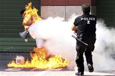 Police-officer-extinguises-blaze-in-Greece